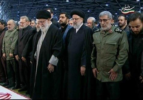 نماز پر سوز و گداز رهبر انقلاب بر پیکر سردار سلیمانی + فیلم