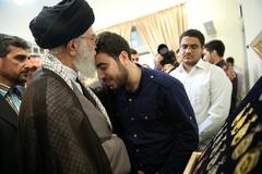 جمعی از بسیجیان مدال آور المپیادهای علمی مدالهای خود را به رهبر انقلاب اسلامی تقدیم کردند